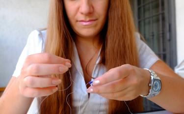 Natalia tesse perle e guarda alle opportunità dell'innovazione