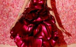 Al Met Gala un vestito a petali di rosa stampato in 3D