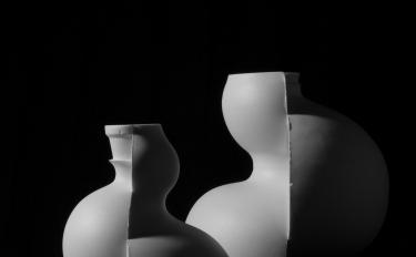 Ruohong Wu crea oggetti in porcellana unici con tecniche di produzione in serie cinesi