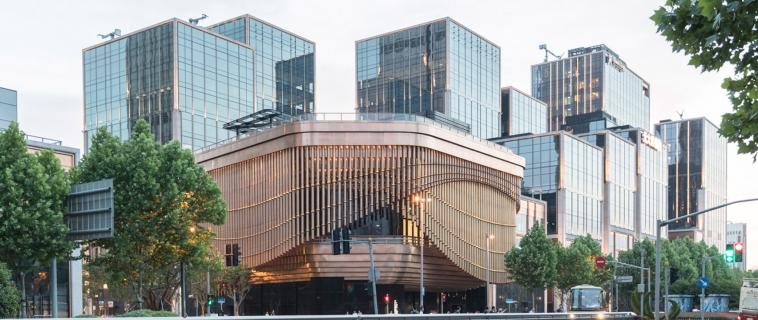 Foster e Heatherwick completano il teatro di Shanghai con una facciata simile a una tenda