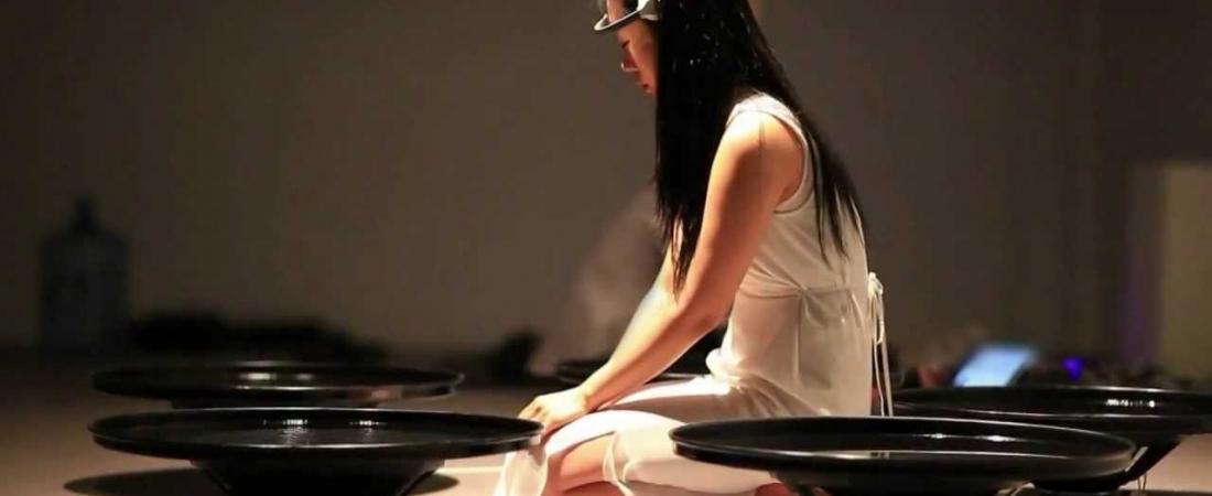 Lisa Park, l'artista che con la mente muove l'acqua a ritmo delle sue emozioni