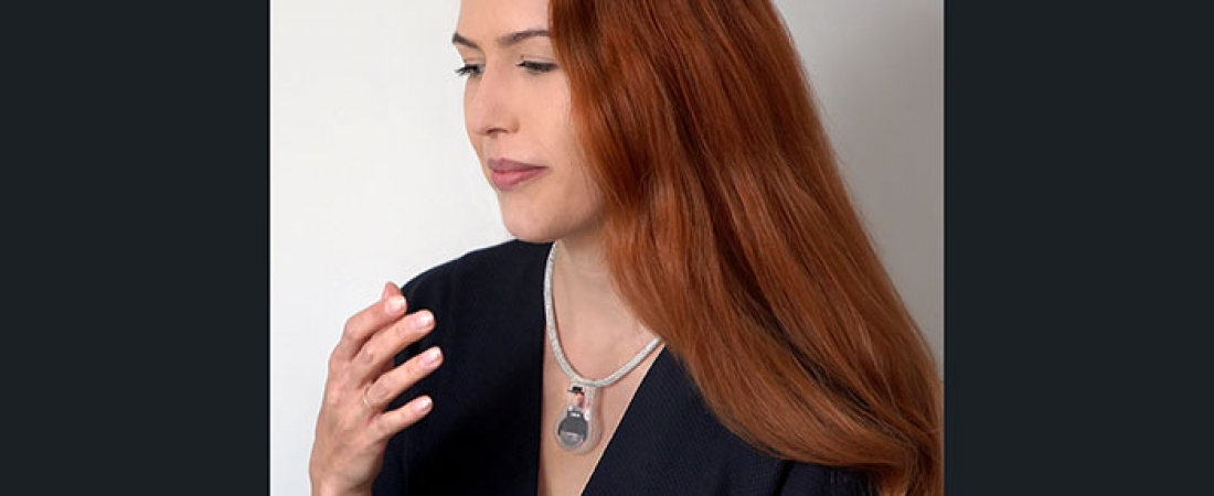 Pulse: il ciondolo anti-Covid che vibra quando tenti di toccare il viso