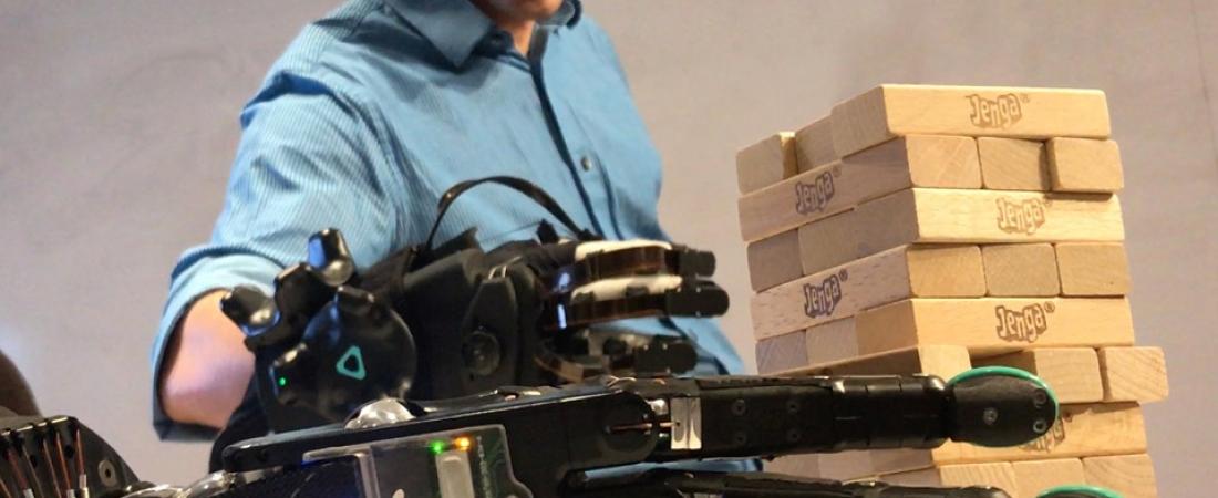 La mano robotica con il senso del tatto per percepire oggetti delicati da remoto